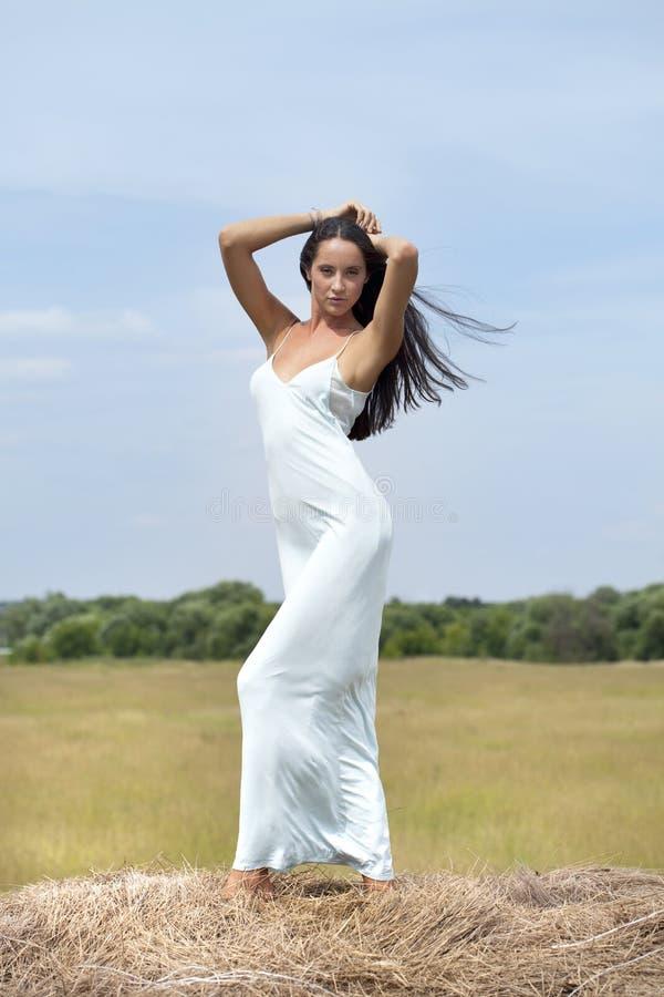 Mujer hermosa joven en el henil en el pueblo imagen de archivo