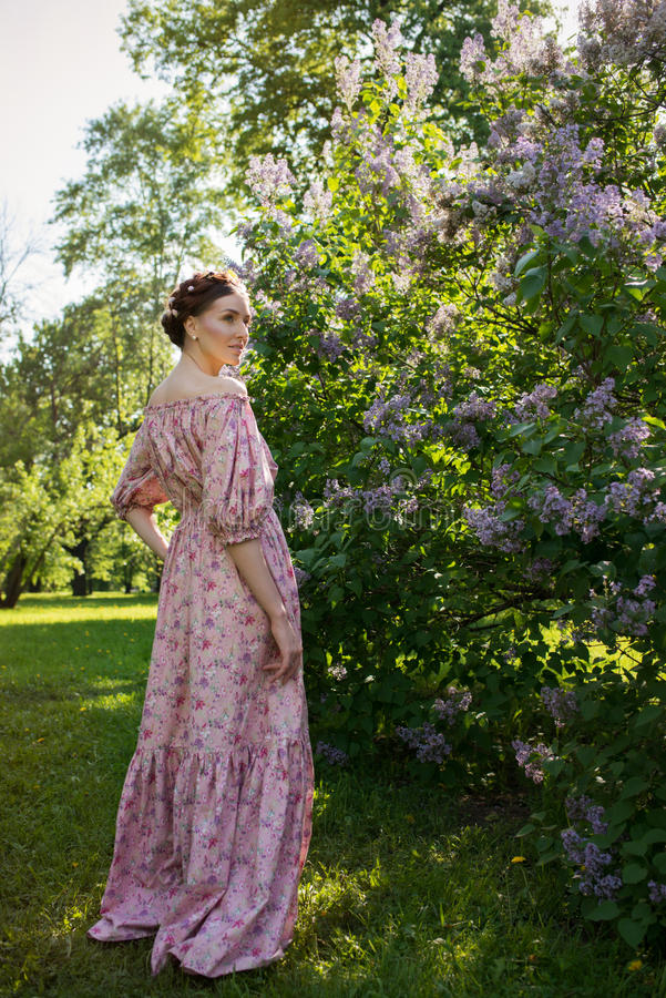 Mujer hermosa joven en el jardín imágenes de archivo libres de regalías
