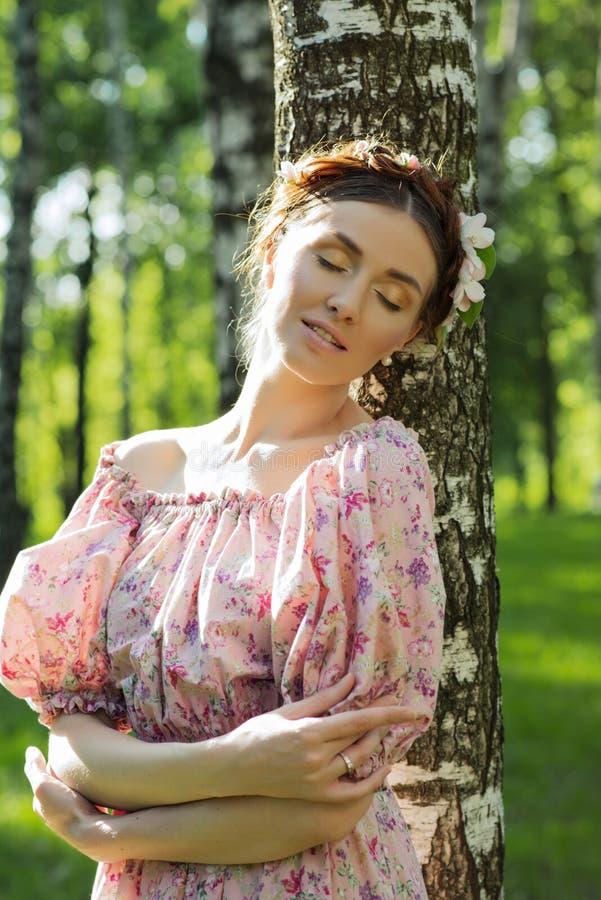 Mujer hermosa joven en el jardín imagen de archivo