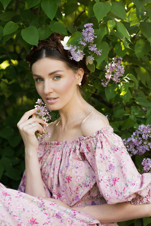 Mujer hermosa joven en el jardín fotografía de archivo libre de regalías