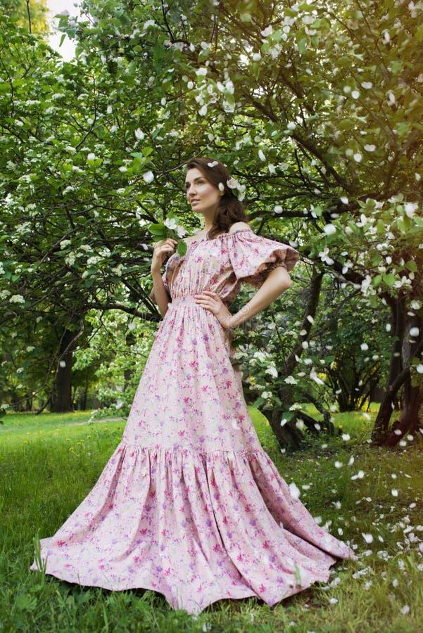 Mujer hermosa joven en el jardín imagenes de archivo