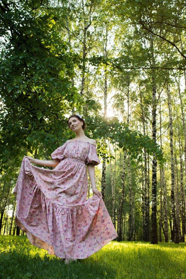Mujer hermosa joven en el jardín fotografía de archivo