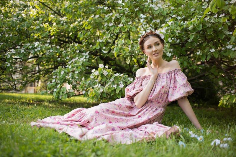 Mujer hermosa joven en el jardín foto de archivo