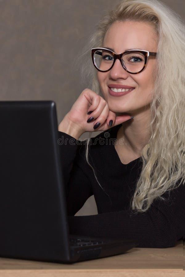 Mujer hermosa joven en el ordenador Concepto educativo fotografía de archivo libre de regalías