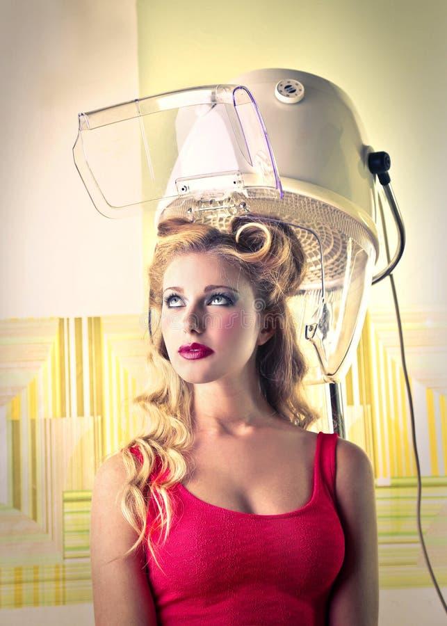 Mujer hermosa joven en el peluquero fotografía de archivo libre de regalías