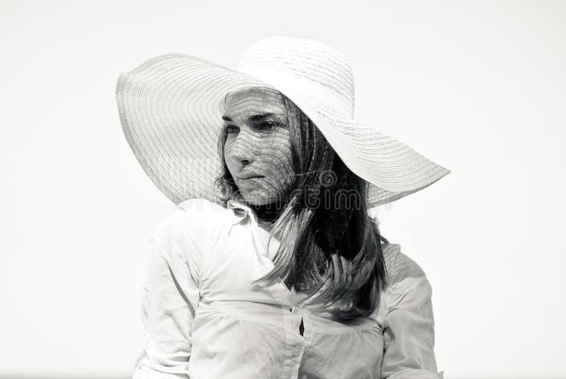 Mujer hermosa joven en el retrato blanco del sombrero de la playa foto de archivo