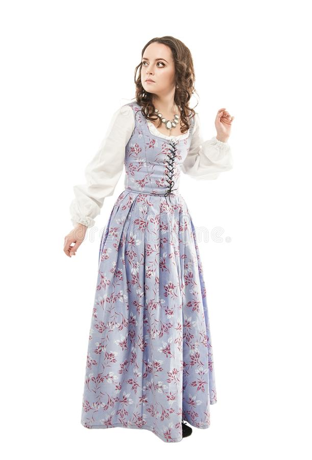 Mujer hermosa joven en el vestido medieval largo aislado imagenes de archivo