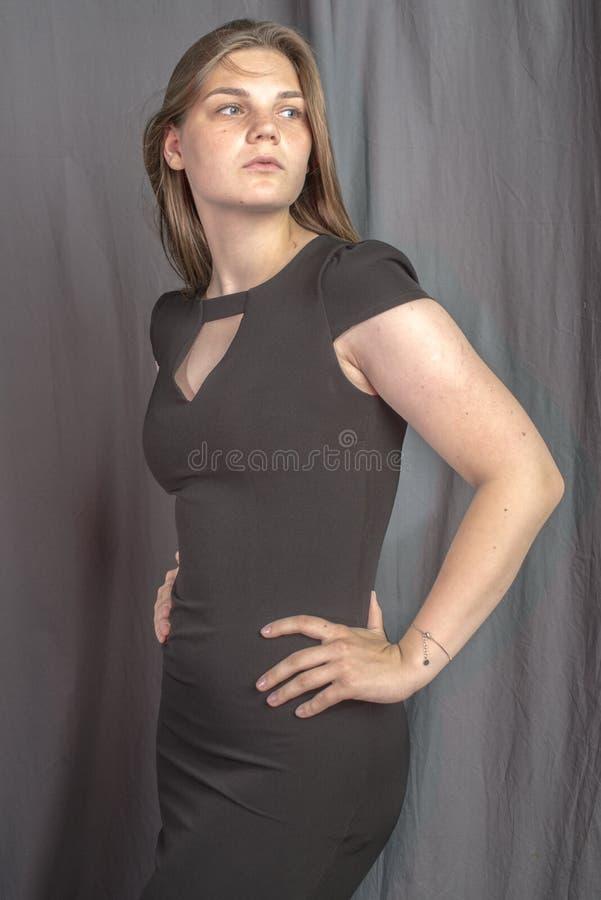 Mujer hermosa joven en imagen atractiva del vestido negro imagenes de archivo