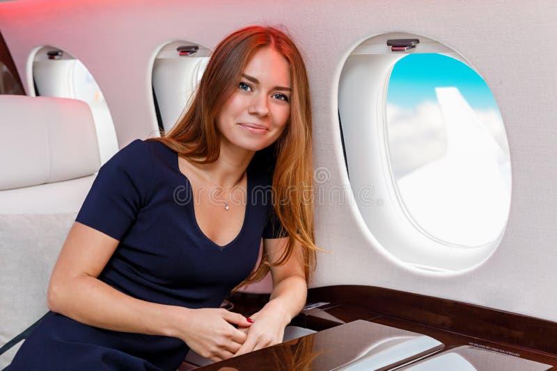Download Mujer Hermosa Joven En Interior De Lujo En El Jet Del Negocio Imagen de archivo - Imagen de dentro, vuelo: 100530953