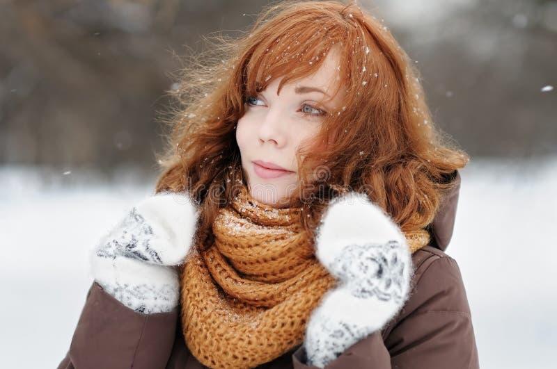 Download Mujer Hermosa Joven En Invierno Imagen de archivo - Imagen de excursión, tranquilidad: 44857817