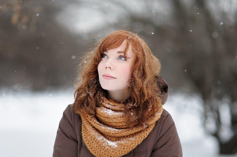 Mujer hermosa joven en invierno foto de archivo libre de regalías