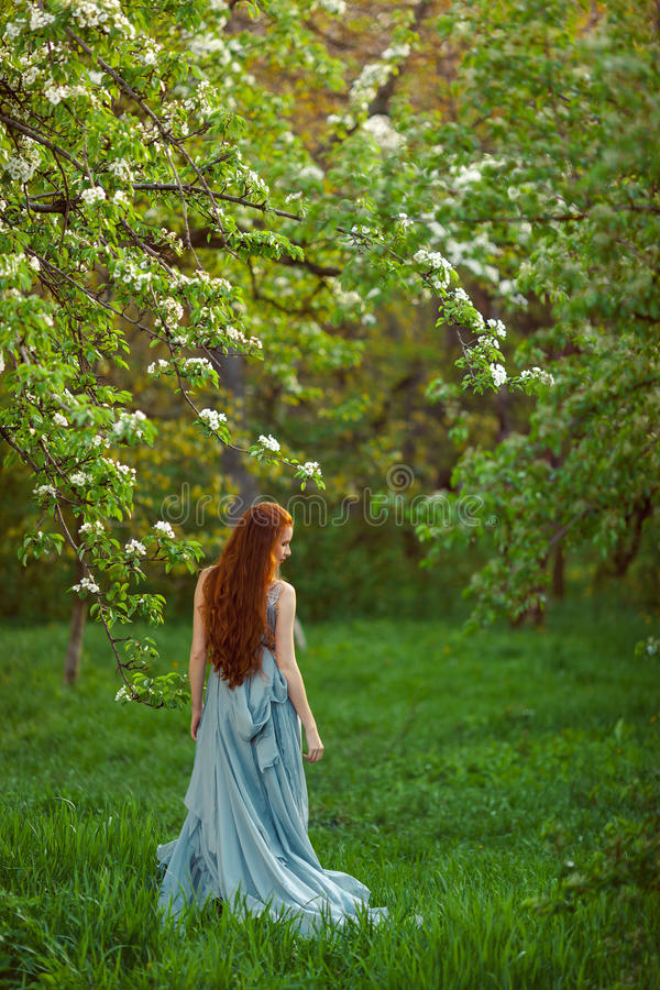 Mujer hermosa joven en jardín floreciente fotografía de archivo libre de regalías