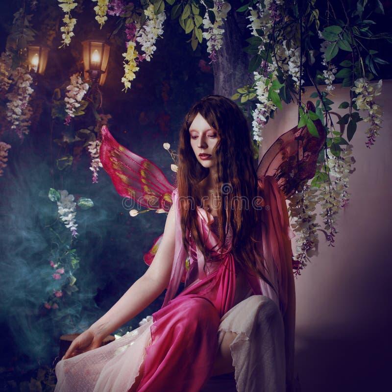 Mujer hermosa joven en la imagen de hadas, bosque oscuro mágico imagenes de archivo