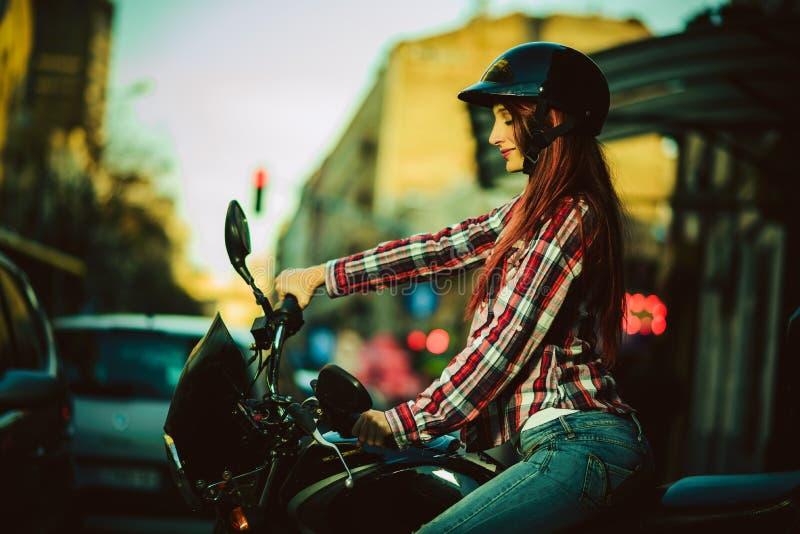 Mujer hermosa joven en la motocicleta fotografía de archivo