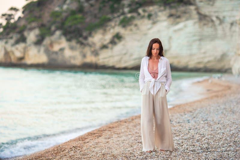 Mujer hermosa joven en la playa tropical blanca imagenes de archivo