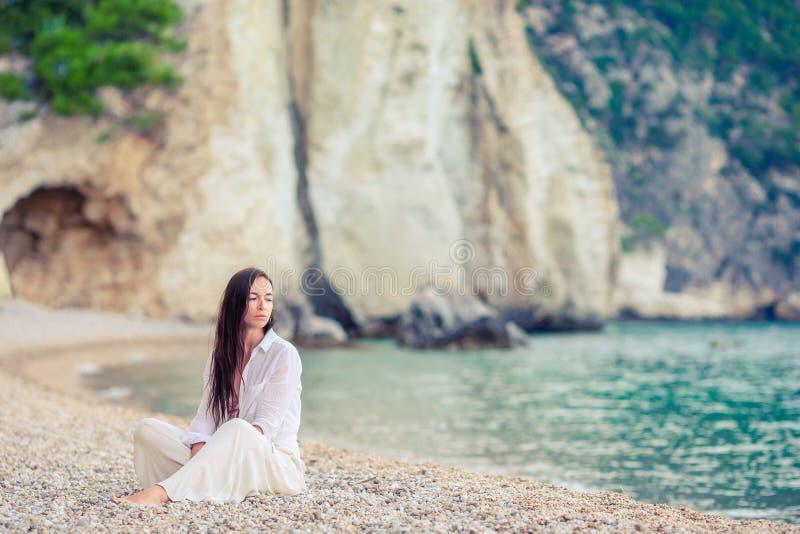Mujer hermosa joven en la playa tropical de la arena blanca Muchacha cauc?sica en fondo del sombrero el mar fotos de archivo