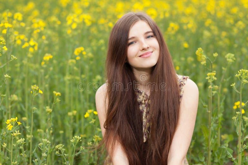 Mujer hermosa joven en los campos imagenes de archivo