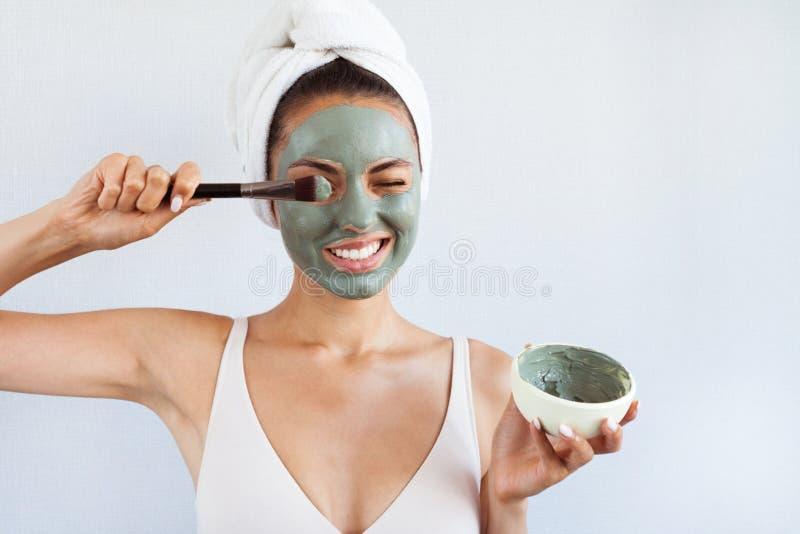 Mujer hermosa joven en mascarilla del fango azul terapéutico Spa imagen de archivo