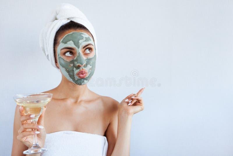 Mujer hermosa joven en mascarilla del fango azul terapéutico Spa fotografía de archivo