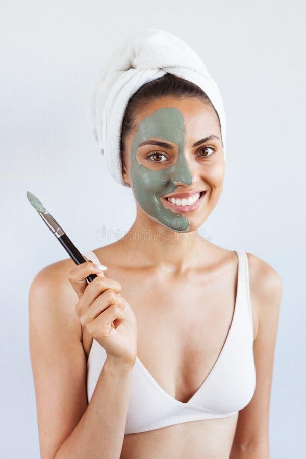 Mujer hermosa joven en mascarilla del fango azul terapéutico Spa fotos de archivo libres de regalías