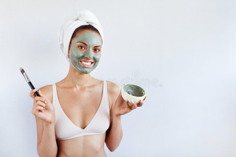 Mujer hermosa joven en mascarilla del fango azul terapéutico Spa imágenes de archivo libres de regalías