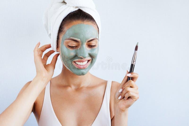 Mujer hermosa joven en mascarilla del fango azul terapéutico Spa imagenes de archivo