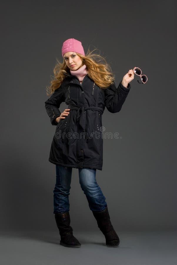 Mujer hermosa joven en ropa del invierno foto de archivo libre de regalías
