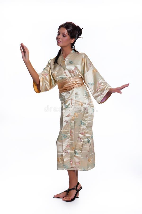 Mujer hermosa joven en ropa nacional japonesa imagen de archivo