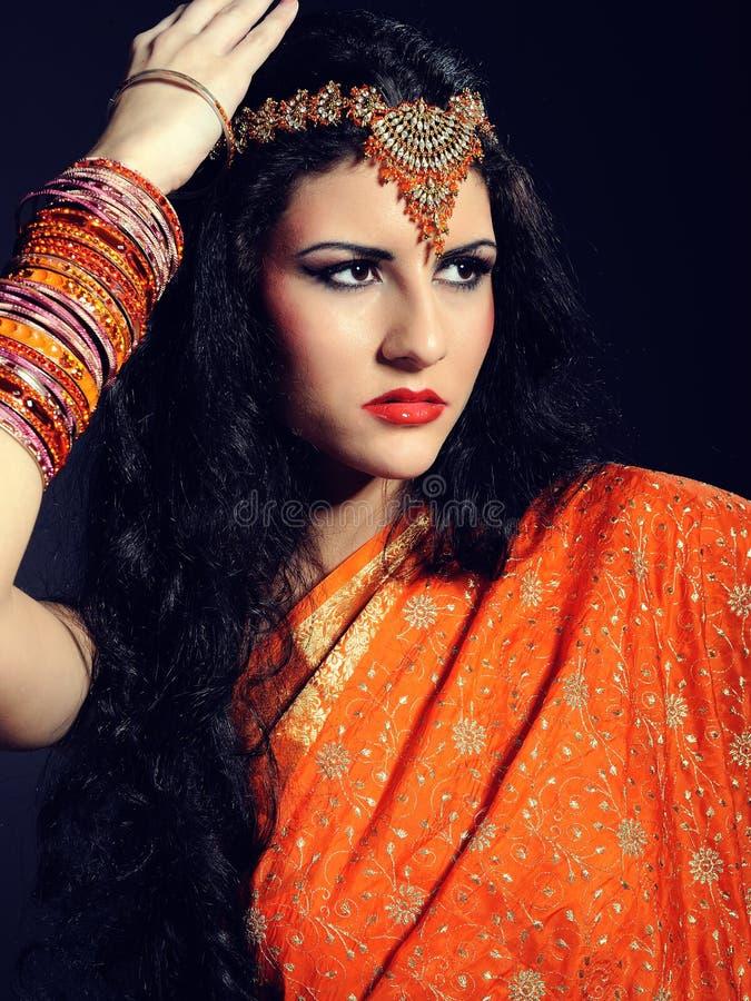 Mujer hermosa joven en sari tradicional india foto de archivo