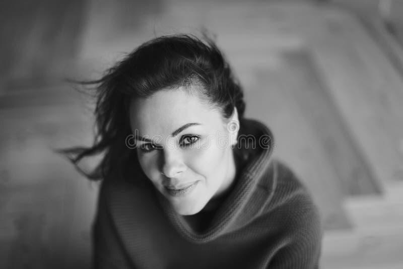 Mujer hermosa joven en suéter caliente que disfruta de tiempo en casa foto de archivo