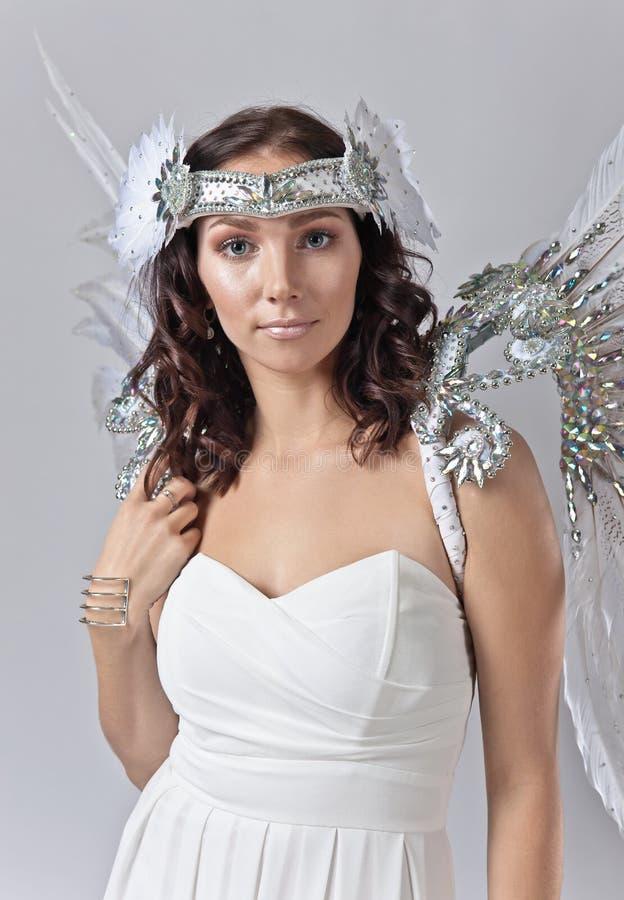 Mujer hermosa joven en traje del ángel foto de archivo