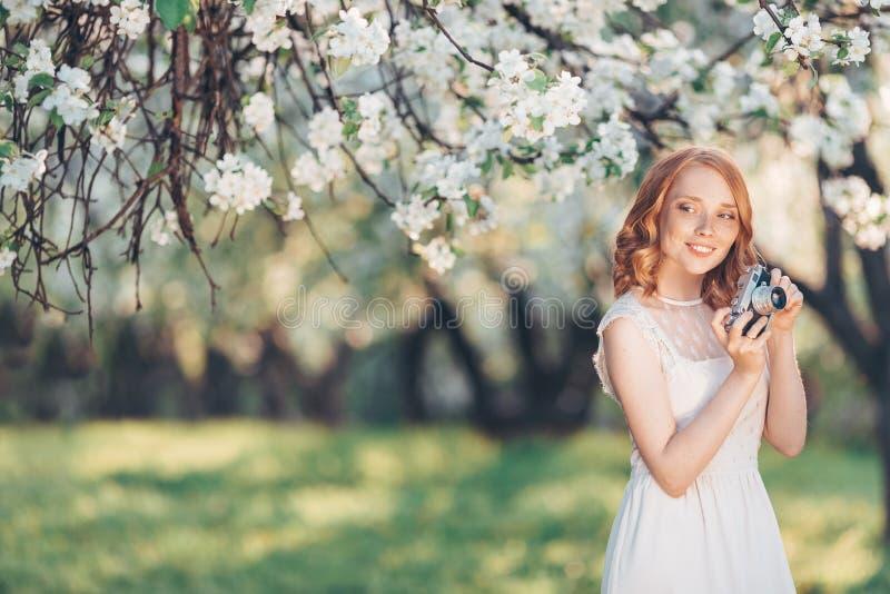 Mujer hermosa joven en un jardín floreciente imagen de archivo libre de regalías