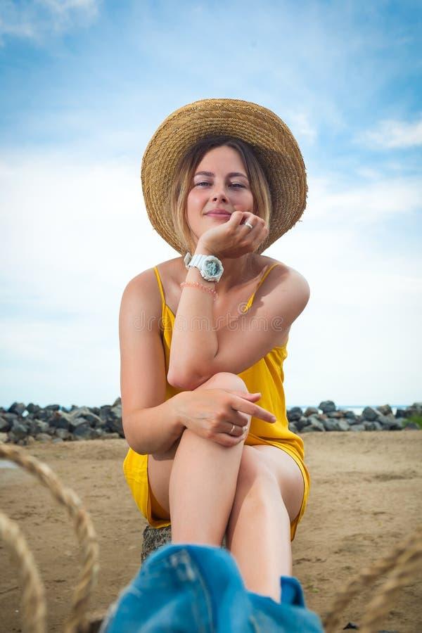 Mujer hermosa joven en un sombrero de paja fotos de archivo
