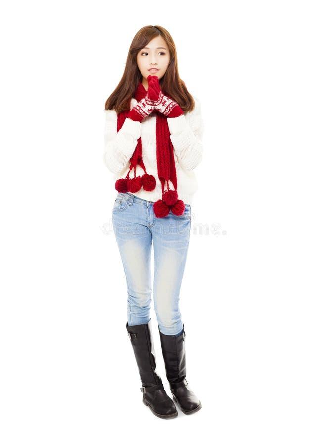 Mujer hermosa joven feliz en ropa y el pensamiento del invierno fotos de archivo