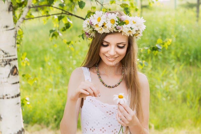 Mujer hermosa joven feliz que se coloca al aire libre fotografía de archivo libre de regalías