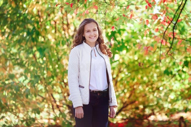 Mujer hermosa joven Muchacha sonriente del adolescente de la belleza en parque del otoño fotografía de archivo libre de regalías