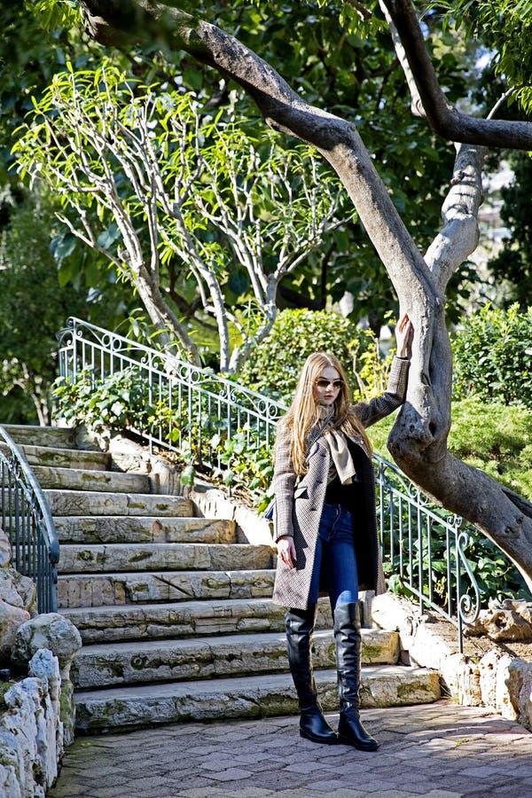 Mujer hermosa joven por la mañana en la presentación de Mónaco fotos de archivo