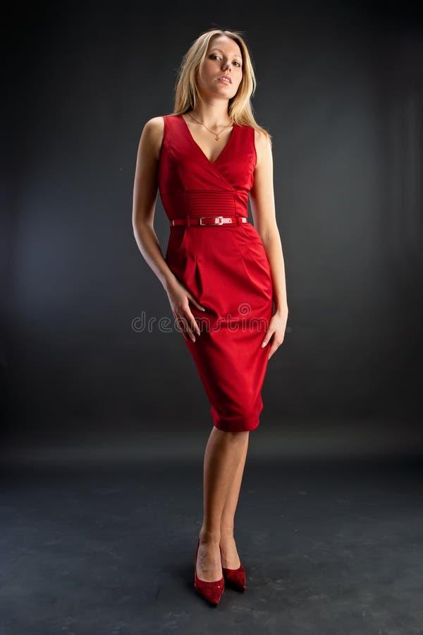 Mujer hermosa joven que desgasta la alineada roja fotos de archivo libres de regalías