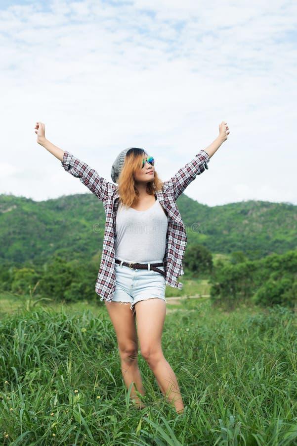 Mujer hermosa joven que disfruta de la libertad y de la vida en naturaleza detrás imagen de archivo