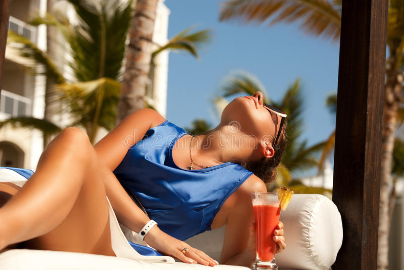 Mujer hermosa joven que disfruta de vacaciones de verano imágenes de archivo libres de regalías