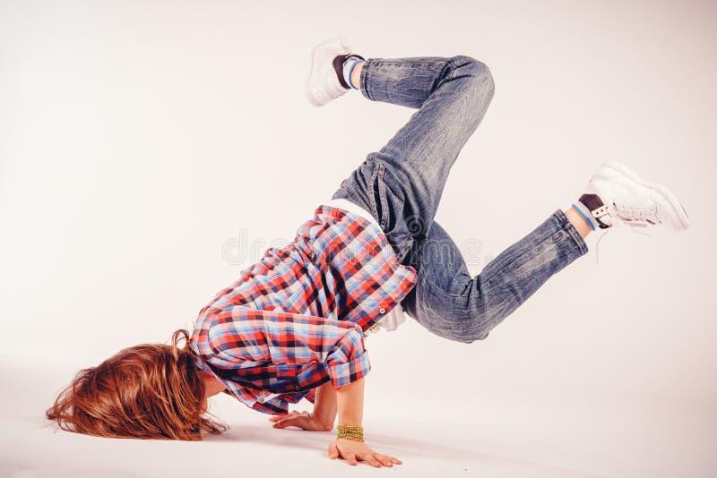Mujer hermosa joven que hace un elemento de la cadera del baile del breakdance imagenes de archivo