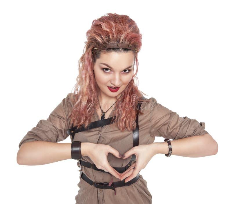 Mujer hermosa joven que hace una forma del corazón con su aislante de las manos imágenes de archivo libres de regalías