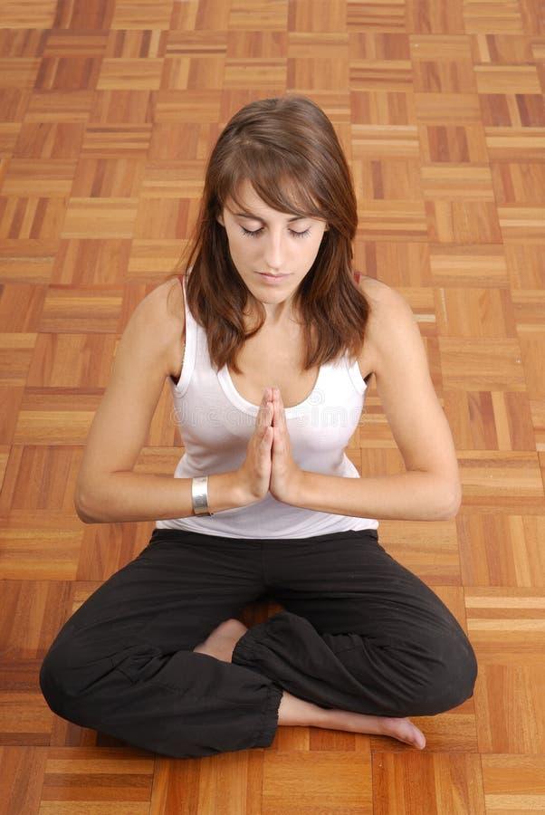 Mujer hermosa joven que hace yoga imagen de archivo
