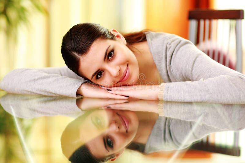 Mujer hermosa joven que miente en la tabla fotos de archivo