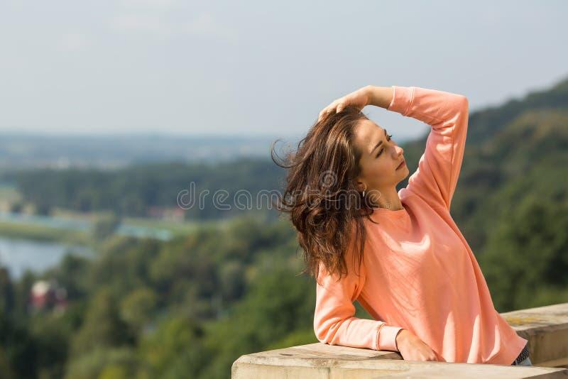Mujer hermosa joven que presenta al aire libre Naturaleza fotografía de archivo libre de regalías