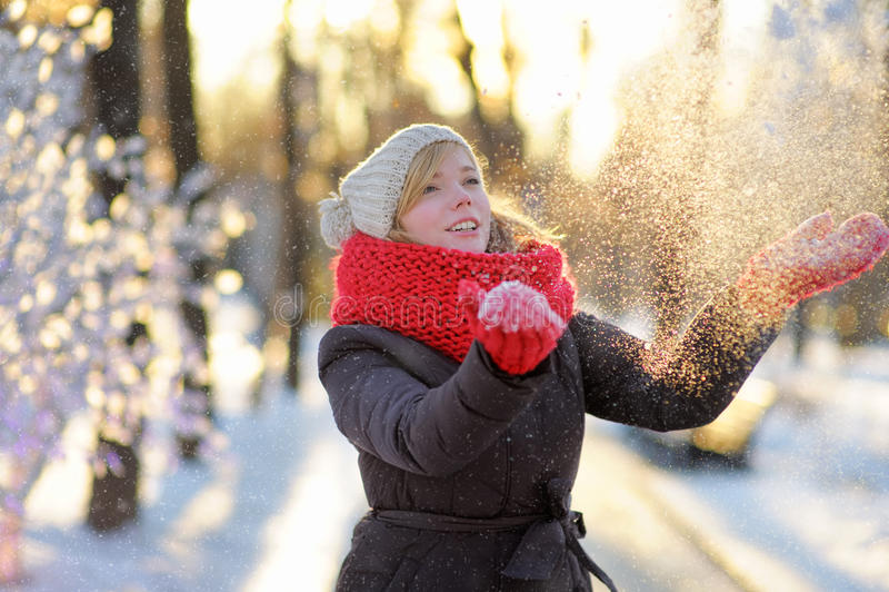 Mujer hermosa joven que se divierte en invierno imagenes de archivo