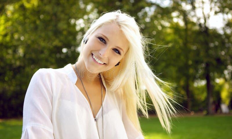 Mujer hermosa joven que sonríe en un día asoleado imágenes de archivo libres de regalías