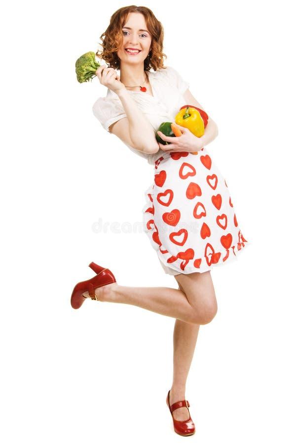 Mujer hermosa joven que sostiene hacia fuera una paprika imagen de archivo