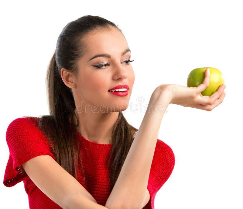 Mujer hermosa joven que sostiene una manzana imagen de archivo