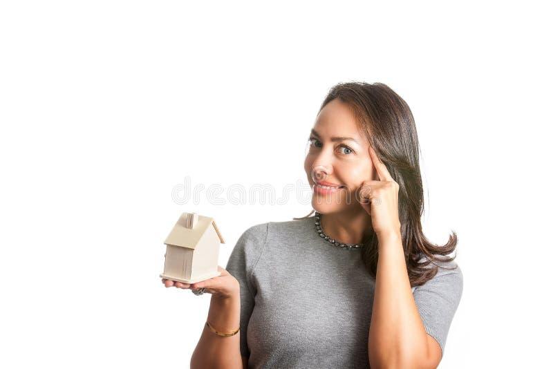 Mujer hermosa joven que sueña con una nueva casa aislada fotografía de archivo libre de regalías